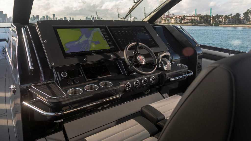 В движение двадцатитонную лодку приводит шесть 4,6-литровых двигателей V8 Mercury Racing 450R
