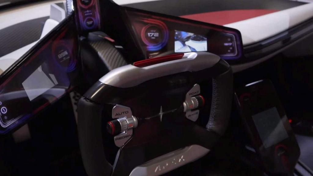 Apex AP-0 получил нестандартный руль, отделанный алюминием и углеволокном