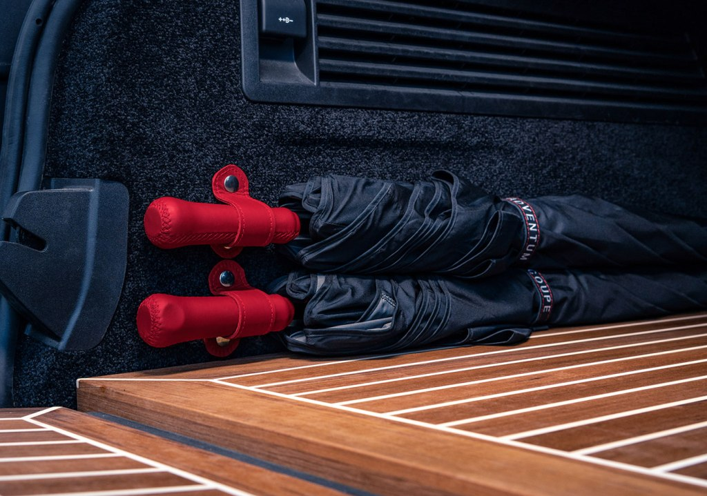 Пол и багажник внедорожника отделаны тиковыми планками