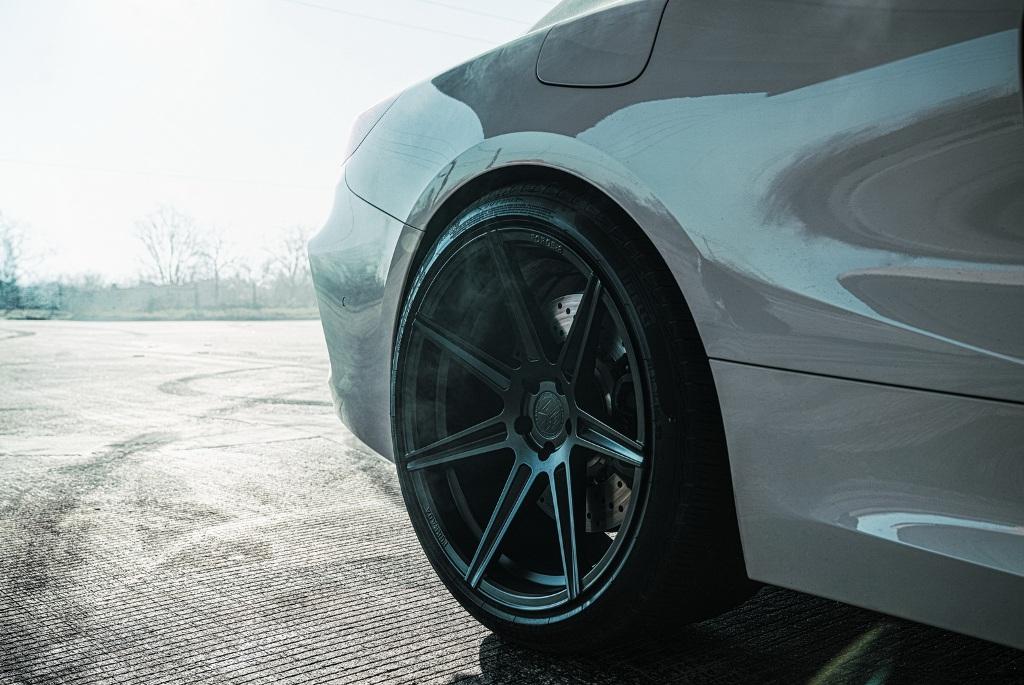 Черные матовые диски обуты в шины Pirelli
