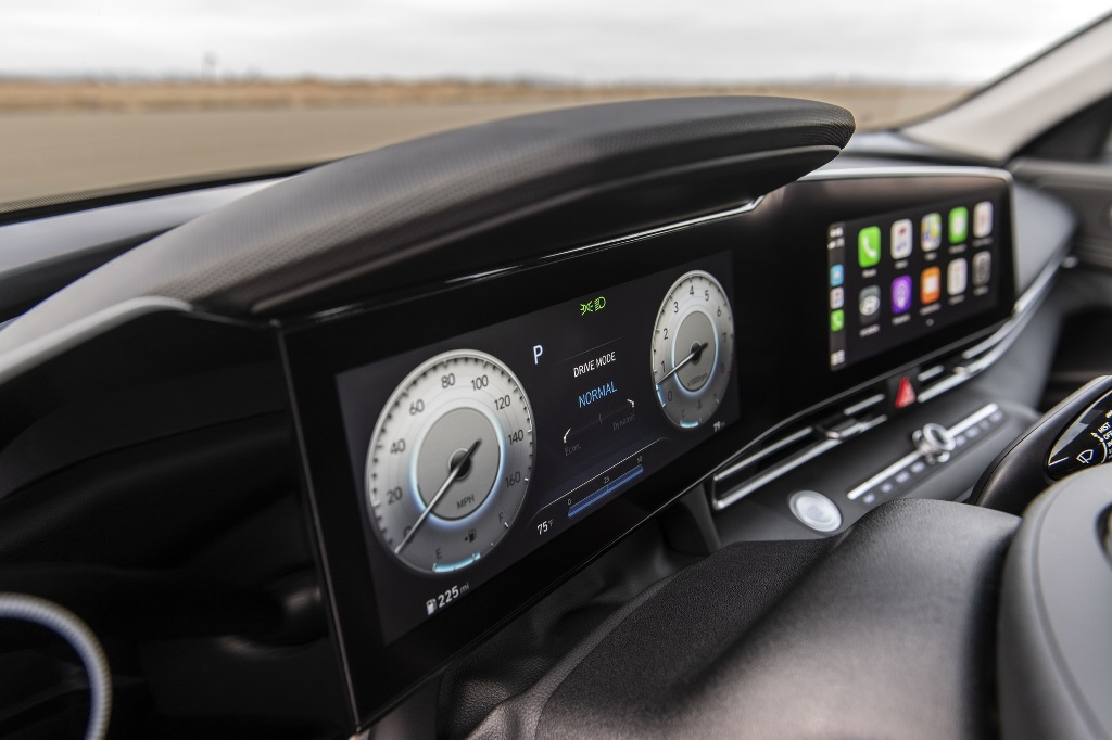 В оснащение вошла цифровая приборная панель и мультимедийная система с 10,25-дюймовым дисплеем каждая