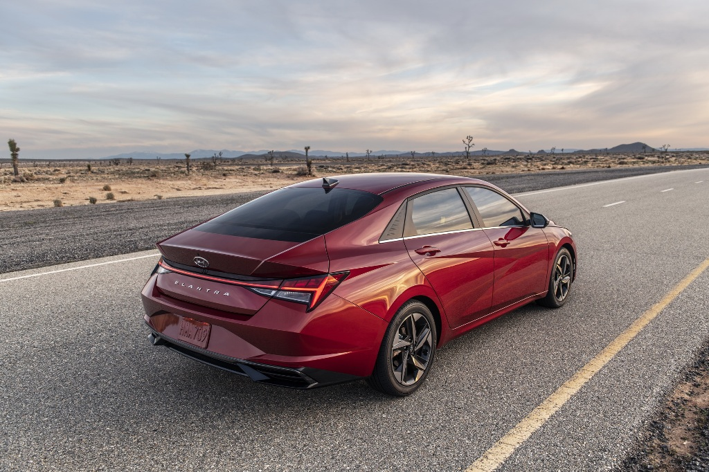 Hyundai Elantra 2021 модельного года построена на новой платформе и получила совершенно новый кузов