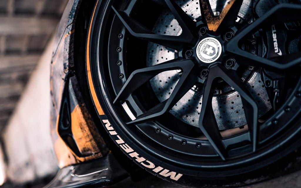 Суперкар получил большие черные колеса HRE обутые в резину Michelin