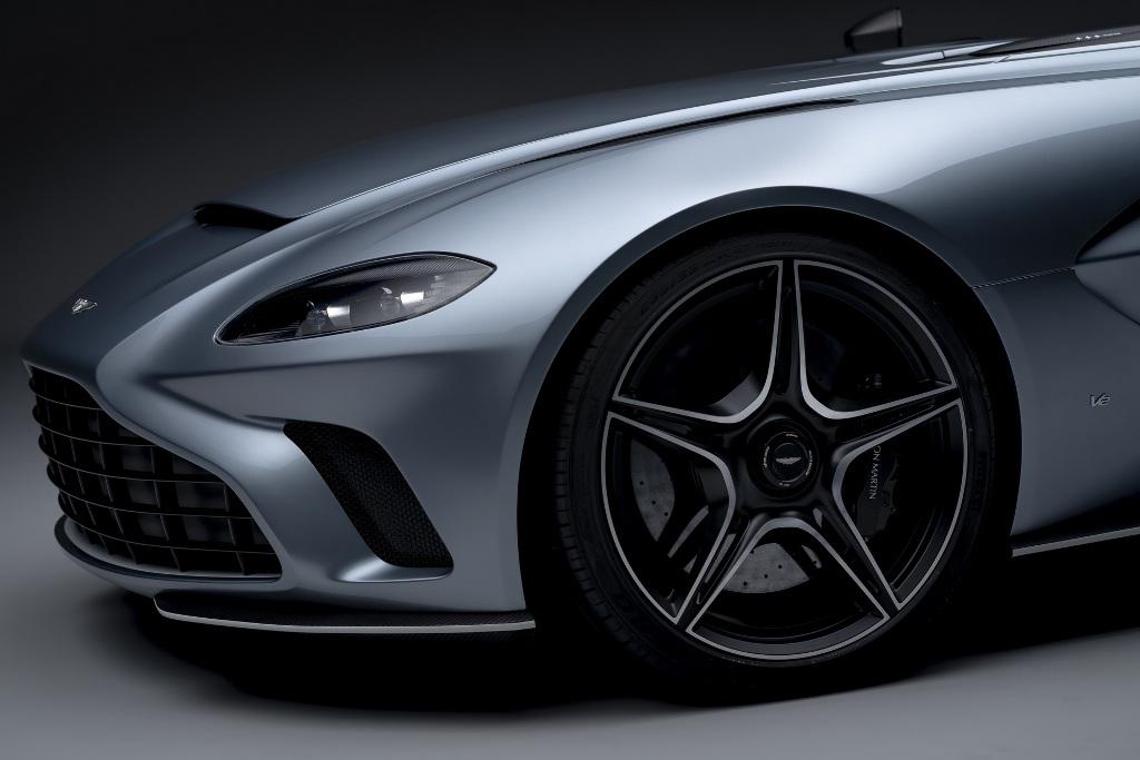 В оснащение входят 21-дюймовые колеса с центральным замком и карбоново-керамические тормоза