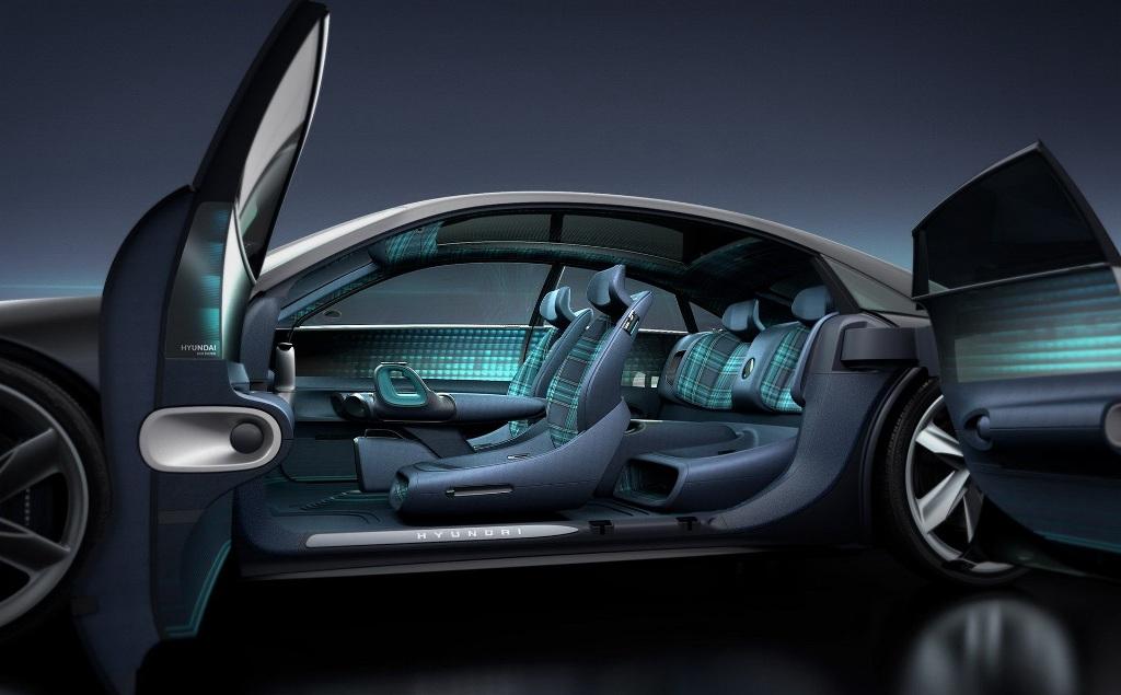 В салоне Hyundai Prophecy установлено четыре отдельных сидения и нет никаких органов управления