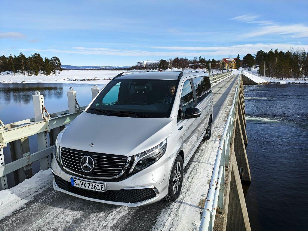 Минивен испытали на полигоне в Швеции, который находится в районе Северного полярного круга