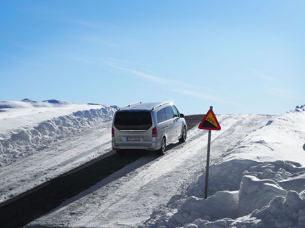 Благодаря расположенной в днище аккумуляторной батарее, минивен превосходно ведет себя в глубоком снегу и на льду
