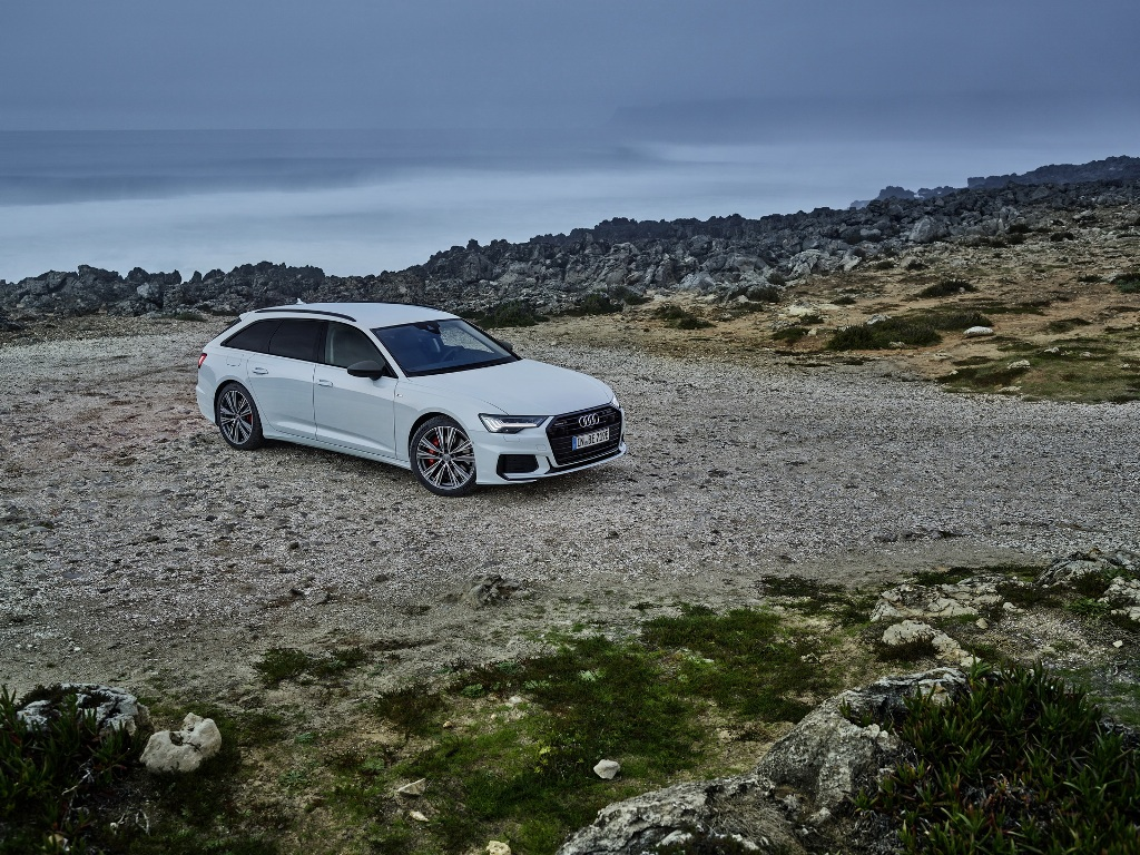 Гибридный A6 Avant 55 TFSI e quattro можно узнать по светодиодным матричным фарам и черным элементам на кузове