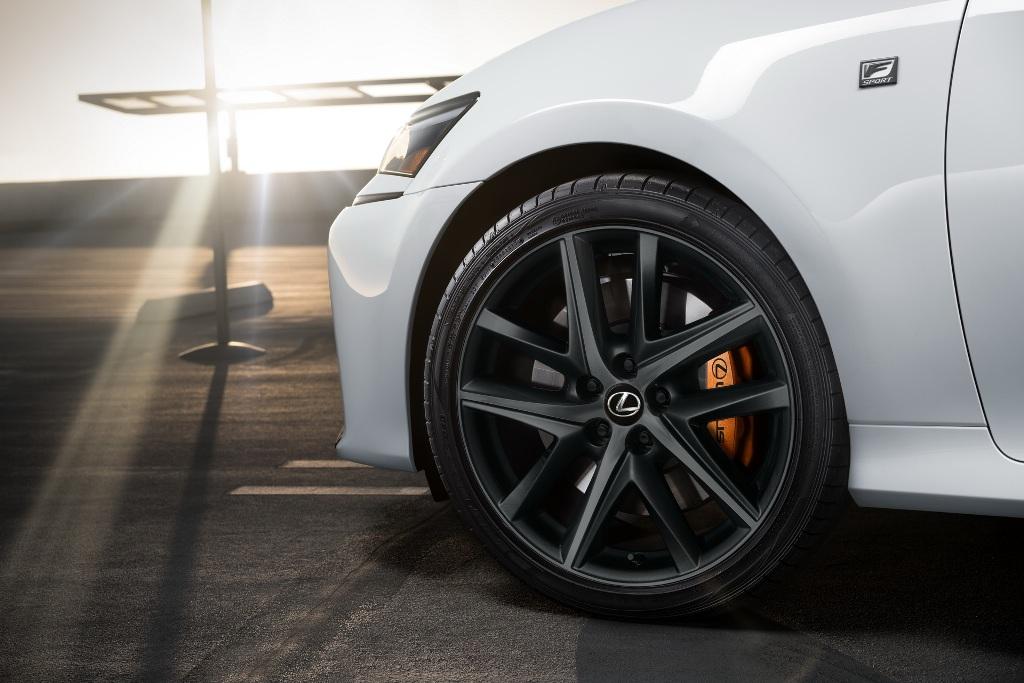 Обе спецверсии получили черные колесные диски с оранжевыми тормозными суппортами