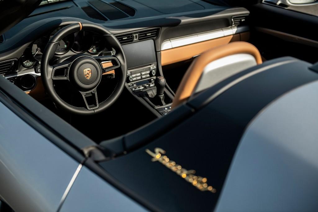 Выставленный на аукцион спорткар окрашен в серо-стальной цвет GT Silver Metallic и получил пакет доработок Heritage Design