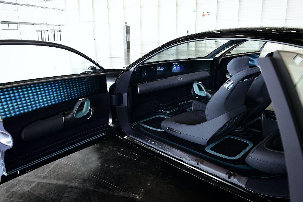 Общий купеобразный стиль, необычная оптика и заднепетельные двери будут реализованы на одной из будущих моделей марки