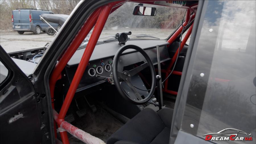 Кузов автомобиля держится на пространственной раме, которая является одним целым с его каркасом безопасности