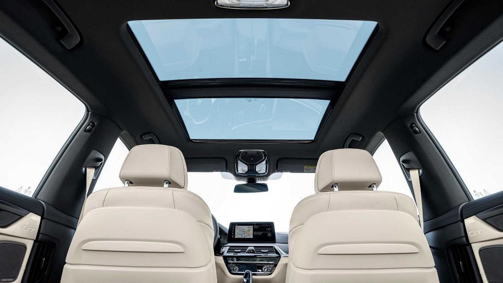 В оснащение вошла панорамная стеклянная крыша, двухзонный климат-контроль и расширенный пакет систем помощи водителю