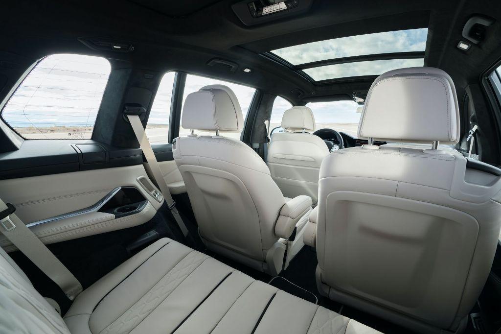 Салон модели отделан вручную кожей Merino, а в качестве опции доступна отделка синей кожей Lavalina