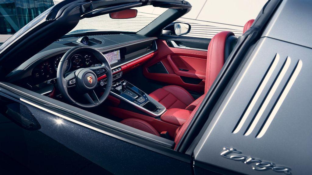 Салон 911 Targa выполнен в стилистике модели 911 Carrera