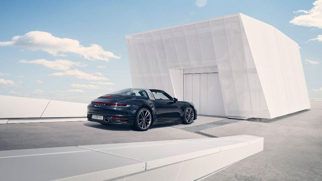 Главной фишкой 911 Targa является экстравагантная автоматическая крыша со скругленным задним стеклом