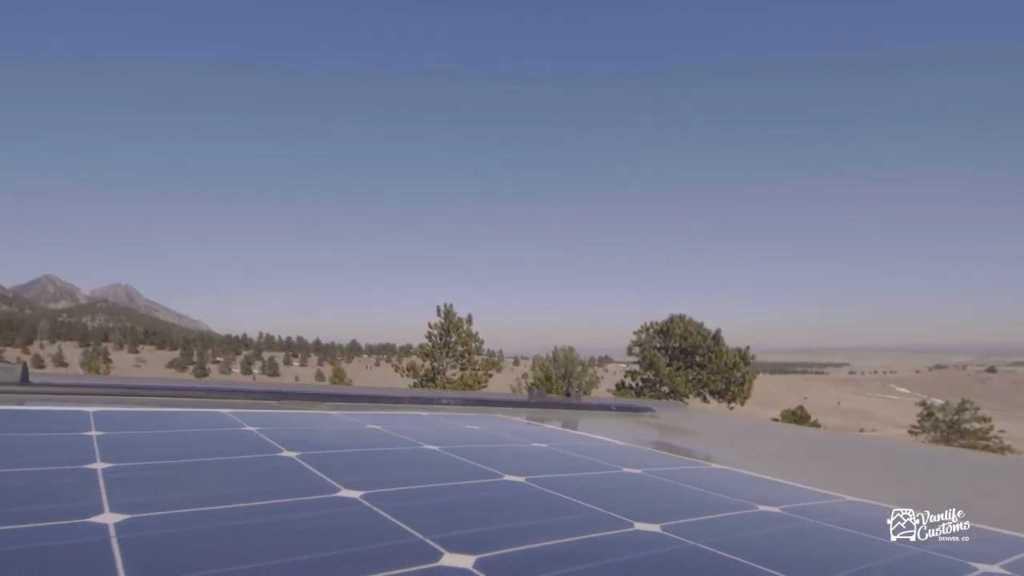 Энергия поступает от 160 ваттных батарей, расположенных на крыше