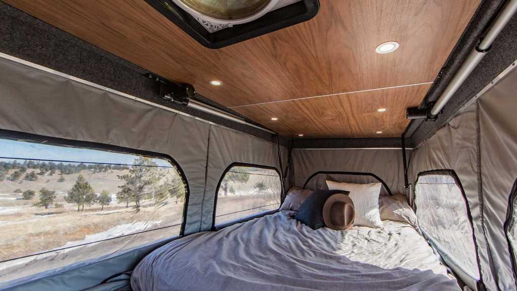 Кровать располагается на крыше микроавтобуса и раскрывается одним нажатием кнопки