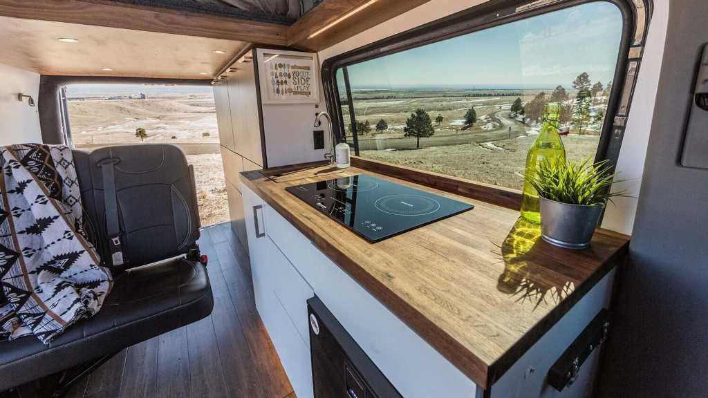 Автодом оборудован кухней со всем необходимым и огромной кроватью