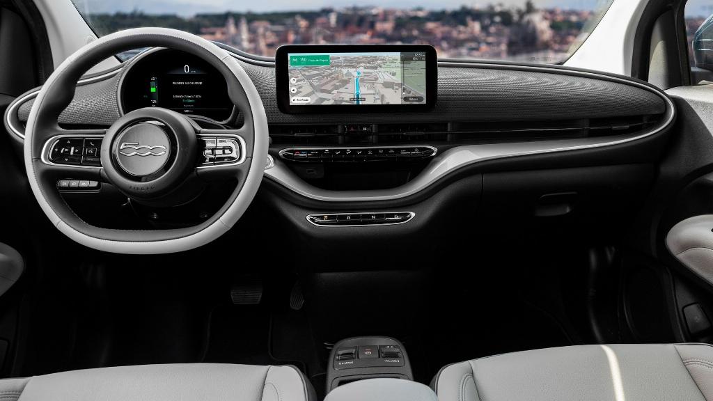 Новый Fiat 500 является первой моделью в своем сегменте, который получил функцию автопилота второго уровня
