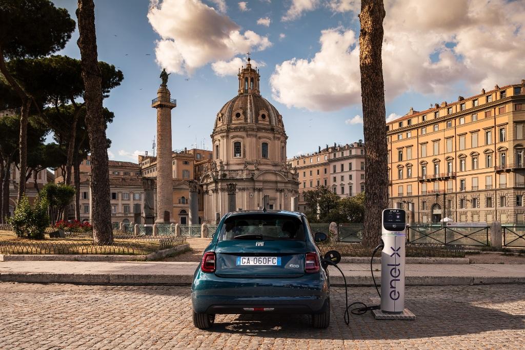 В движение хэтчбек Fiat 500 приводит электромотор мощностью 116 л.с.
