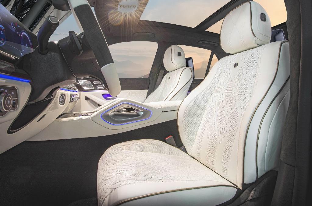В оснащение кроссовера вошла мультимедийная система MBUX и два планшета для задних пассажиров