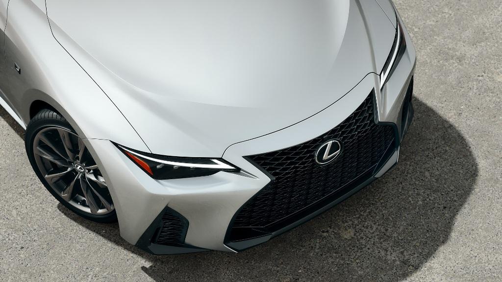 Рестайлинговый Lexus IS получил решетку радиатора с трехмерной многогранной структурой