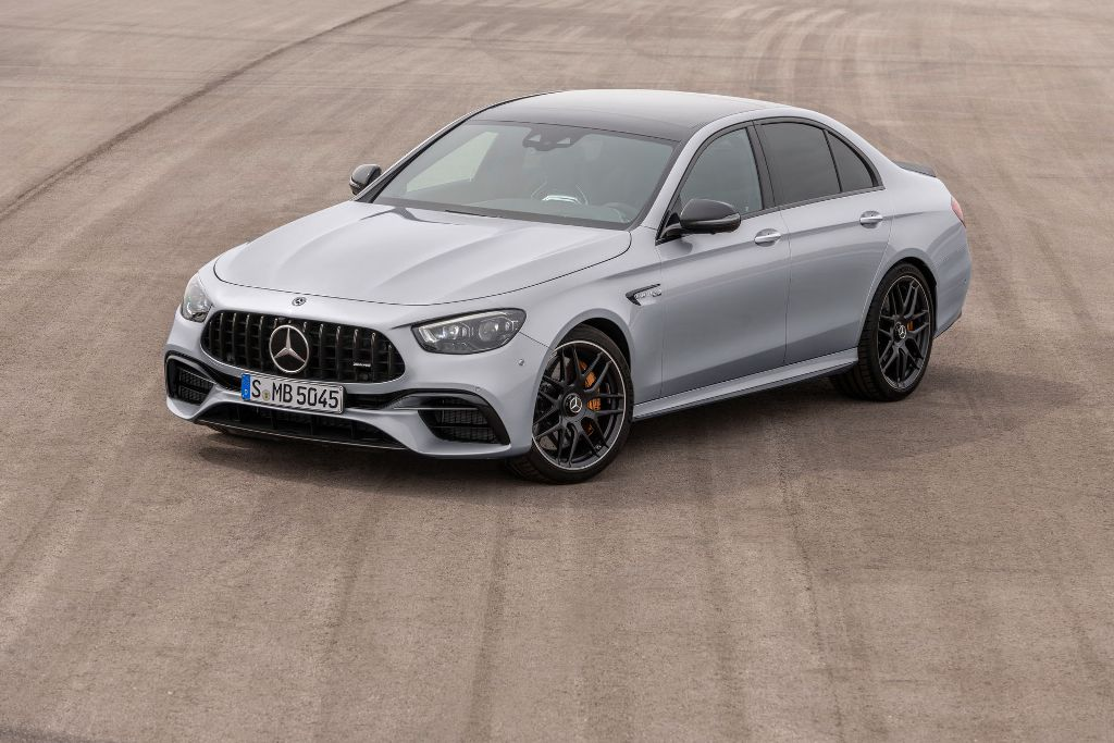 Mercedes-AMG E 63 S 2021 отличается от предшественника переработанной решеткой радиатора и бампером, более узкими светодиодными фарами