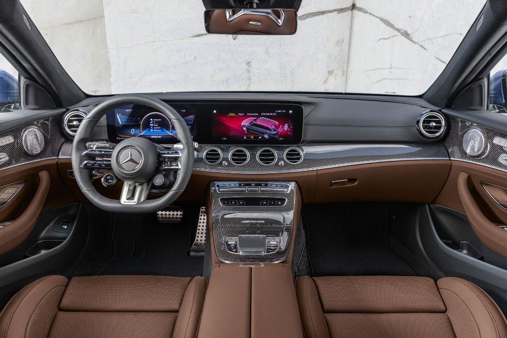 В салоне появилась мультимедийная система MBUX  с 10,25-дюймовым экраном и руль с сенсорными кнопками