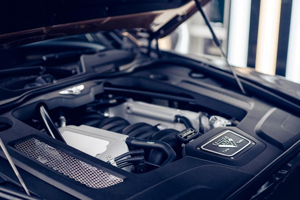 Под капотом специальной серии седана установлен культовый двигатель V8 объемом 6,75 литра
