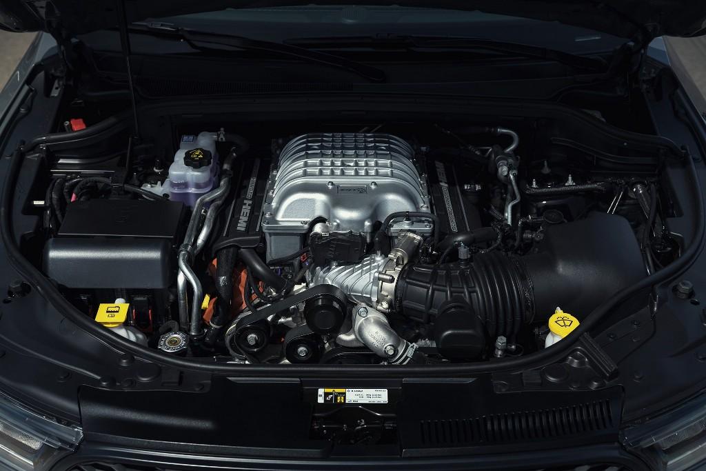 Dodge Durango SRT Hellcat приводит в движение 6,2-литровый двигатель V8 Hellcat, который развивает 720 л.с. мощности и 874 Нм крутящего момента
