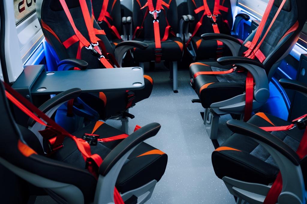 Кресла оснащены 5-точечными ремнями безопасности