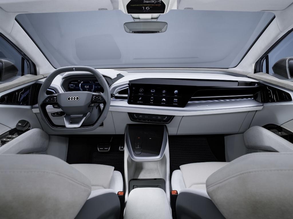 В оснащение салона вошел руль с плоским дном, цифровая приборная панель, мультимедийная система с 12,3-дюймовым экраном
