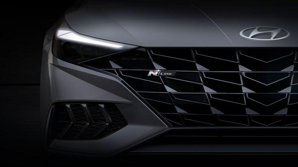 """Будущая Hyundai Elantra N Line получит переработанную """"каскадную"""" решетку радиатора, которая придает автомобилю агрессивный облик"""
