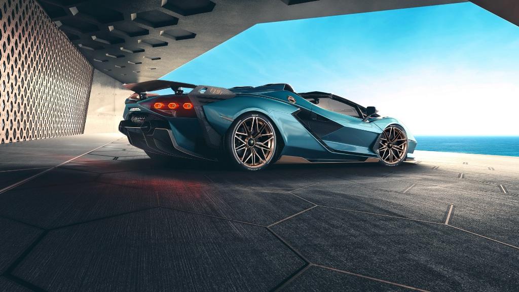 Внешне родстерSián отличается от одноименного купе только отсутствием крыши и новым цветом кузова Blu Uranus