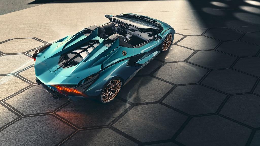 Родстер Sián оснащен безнаддувным 6,5-литровым двигателем V12, который сочетается с 48-вольтовым электромотором