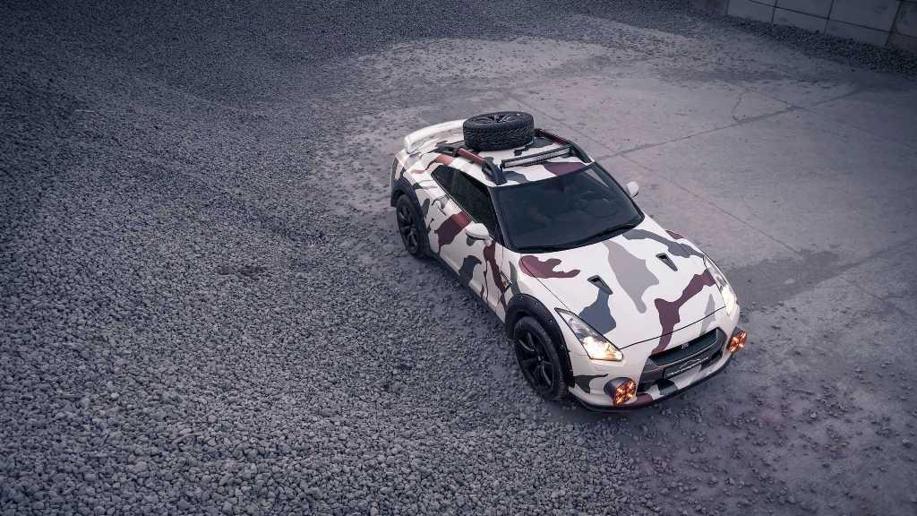 На крыше GT-R появился багажник, на котором расположилась запаска и светодиодные прожекторы
