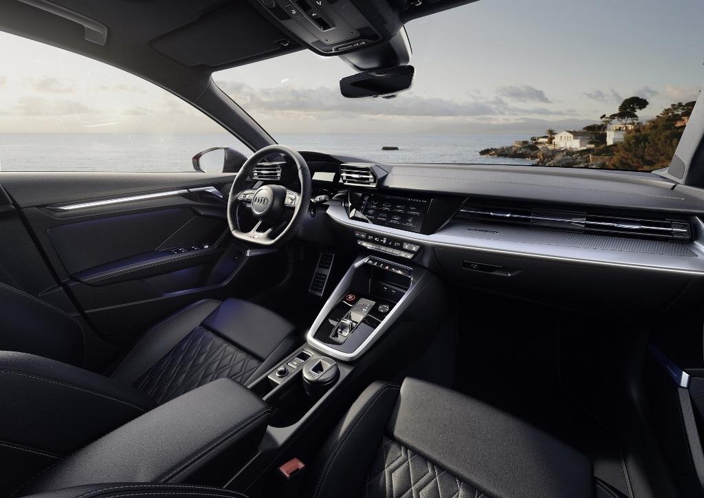 В салоне авто появились новые спортивные сидения, мультимедийная система с проекционным дисплеем
