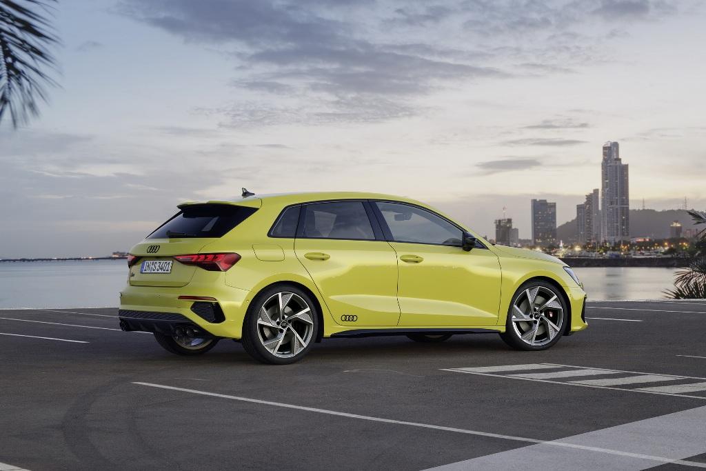 Также Audi S3 получили спортивную подвеску и уменьшенный на 15 миллиметров дорожный просвет