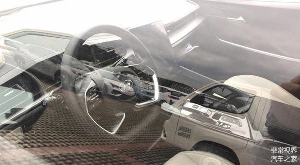 В оснащение минивэна вошел усеченный руль с четырьмя спицами и мультимедийная система с огромным вертикальным планшетом