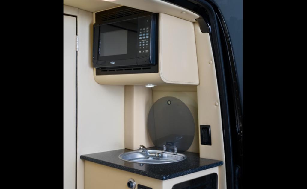 Оборудована кухня с мойкой, холодильником и микроволновкой