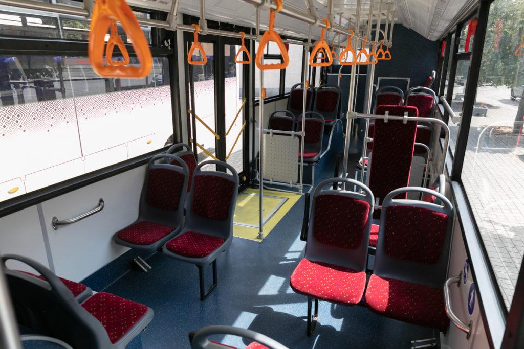 В салоне находится 29 посадочных мест, но общая пассажировместимость транспортного средства составляет 104 человека