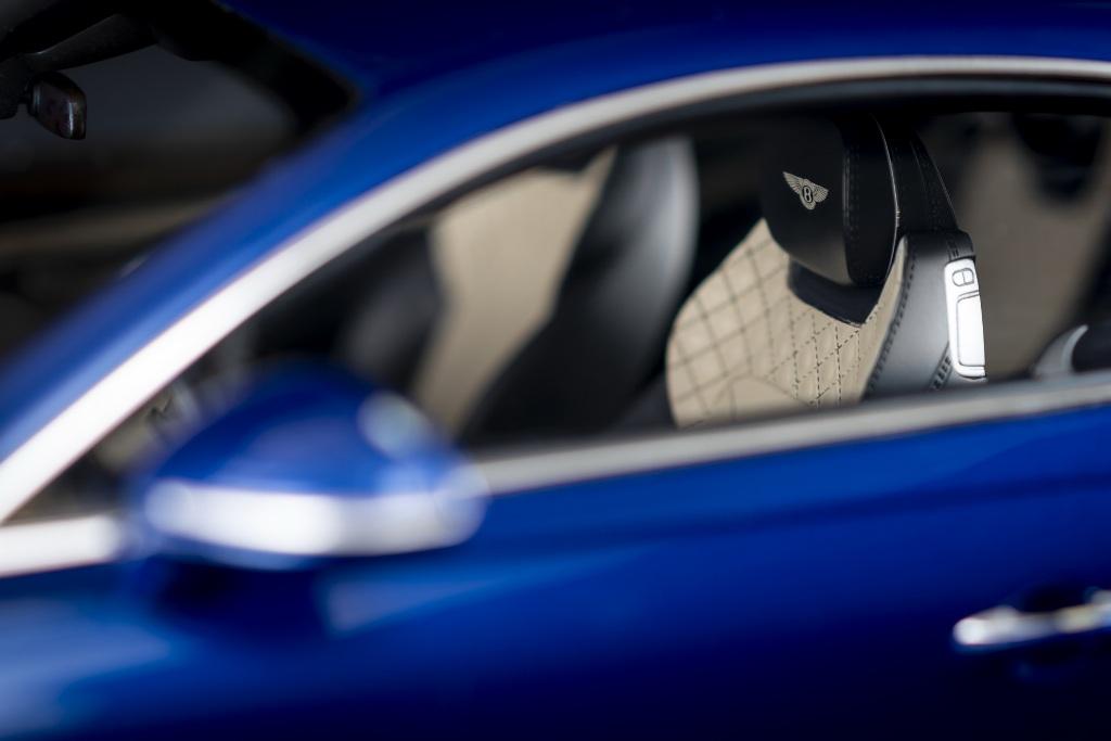 Интерьер и экстерьер миниатюрного автомобильчика полностью воссоздан под реальное купе