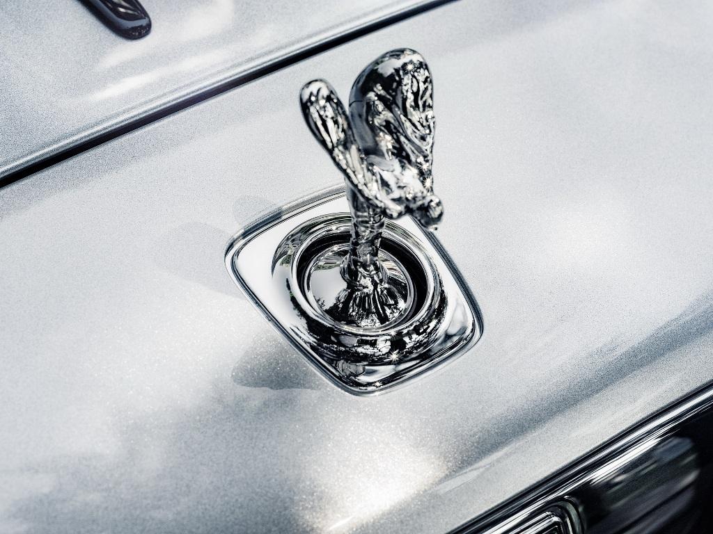 Rolls-Royce Dawn Silver Bullet отличается от стандартного уникальным цветом кузова - Brewster Silver