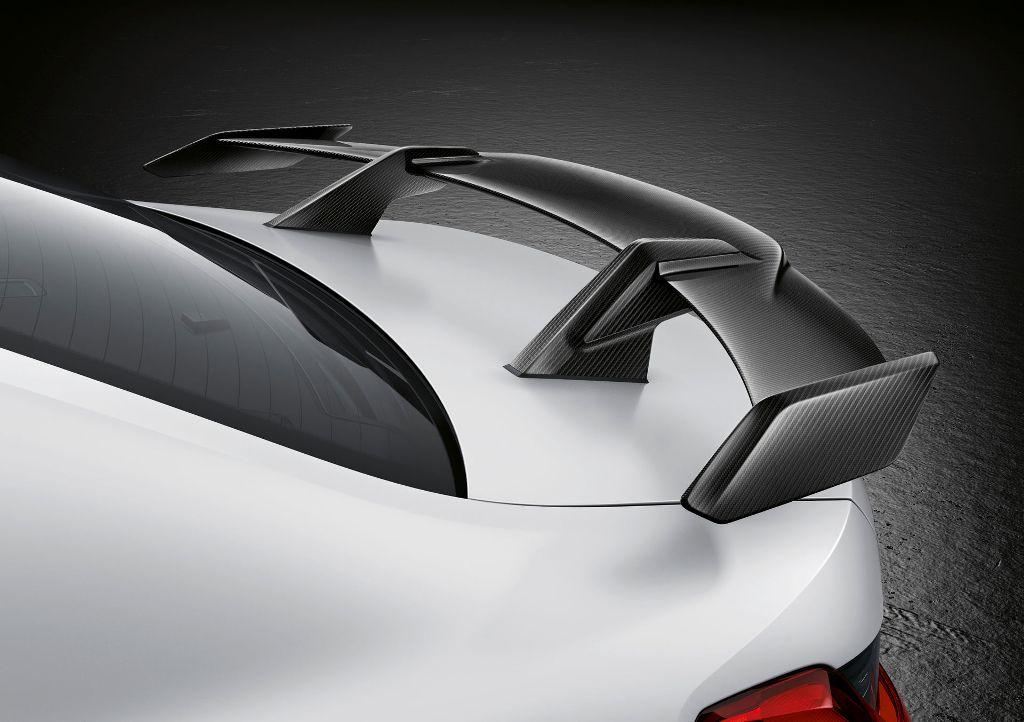 Внешние модификации включают в себя большое заднее антикрыло из углеродного волокна, карбоновую решетку радиатора и боковые юбки