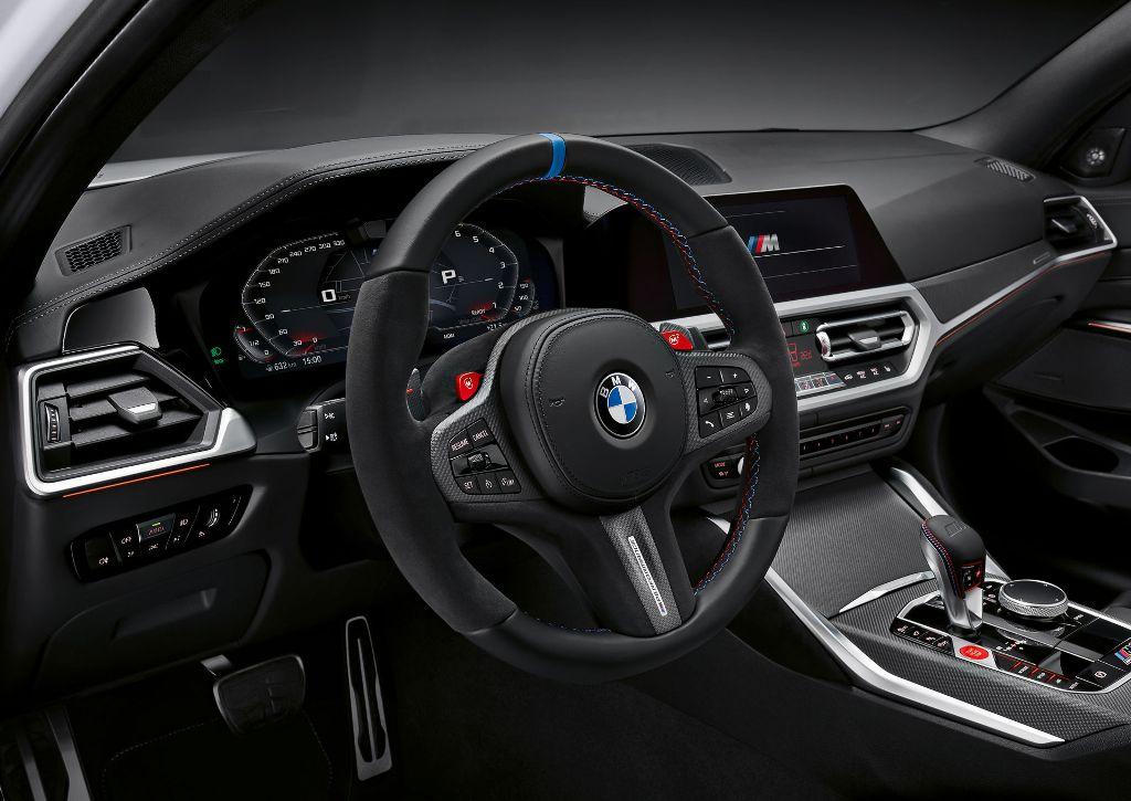 Для салона предложено рулевое колесо M Performance, подрулевые переключатели из углеродного волокна, уникальные коврики и накладки на пороги