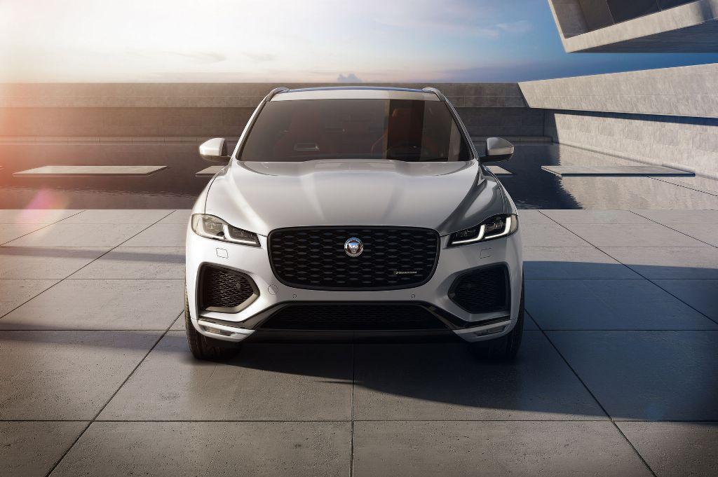 Рестайлинговый Jaguar F-Pace отличается от предшественника увеличенной решеткой радиатора и новыми светодиодными фарами