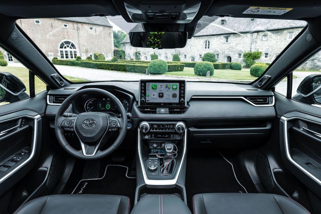 В оснащение входит новейшая мультимедийная система Toyota с поддержкой Apple CarPlay и Android Auto