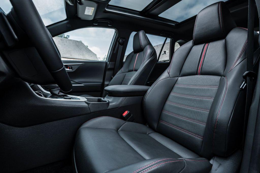 Также модель получила фоновую подсветку и комплект систем помощи водителю Toyota Safety Sense последнего поколения