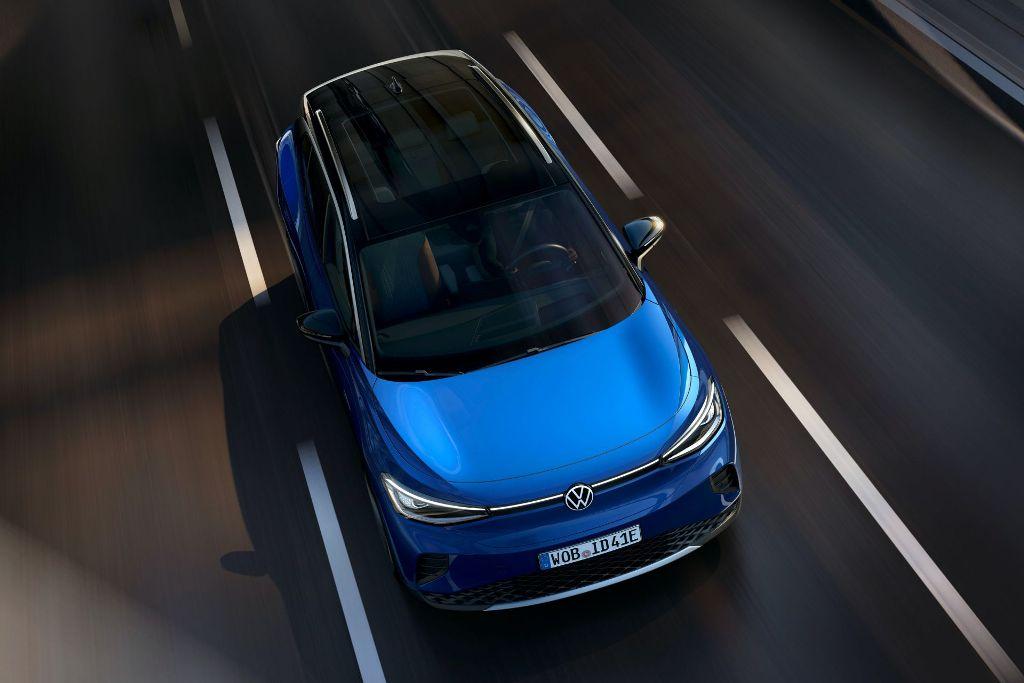 Электрокроссовер получил покатый кузов с плавными линиями, полностью светодиодную оптику и панорамную крышу